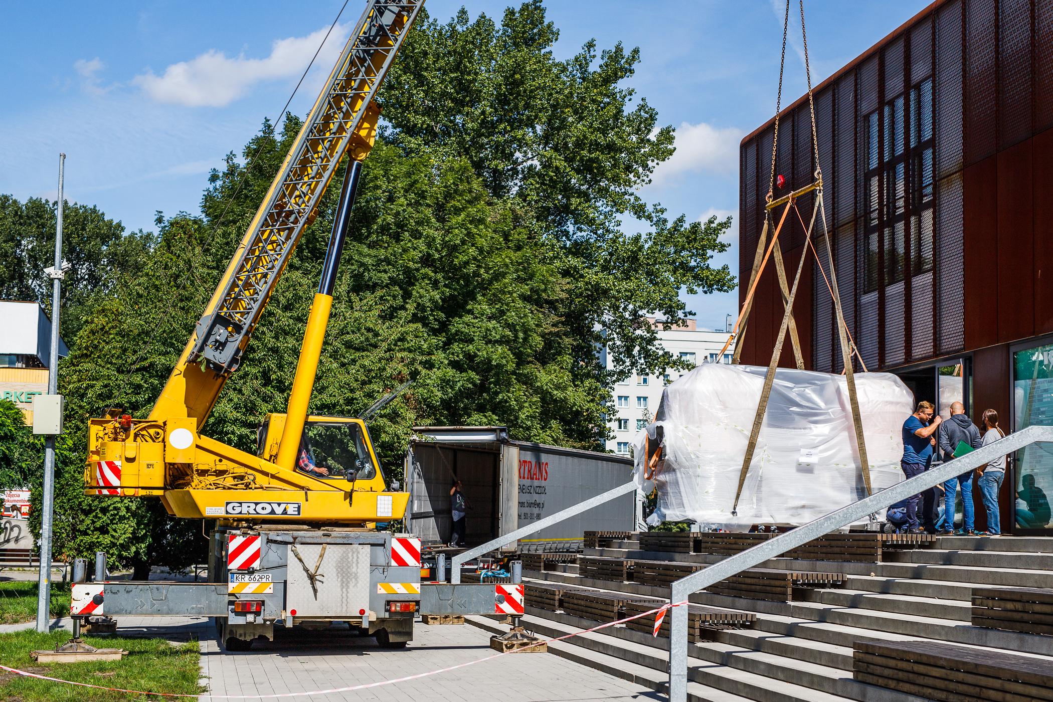 Tak wyglądał transport instalacji do Klubu Studio, fot. AGH/Mateusz Wójtów