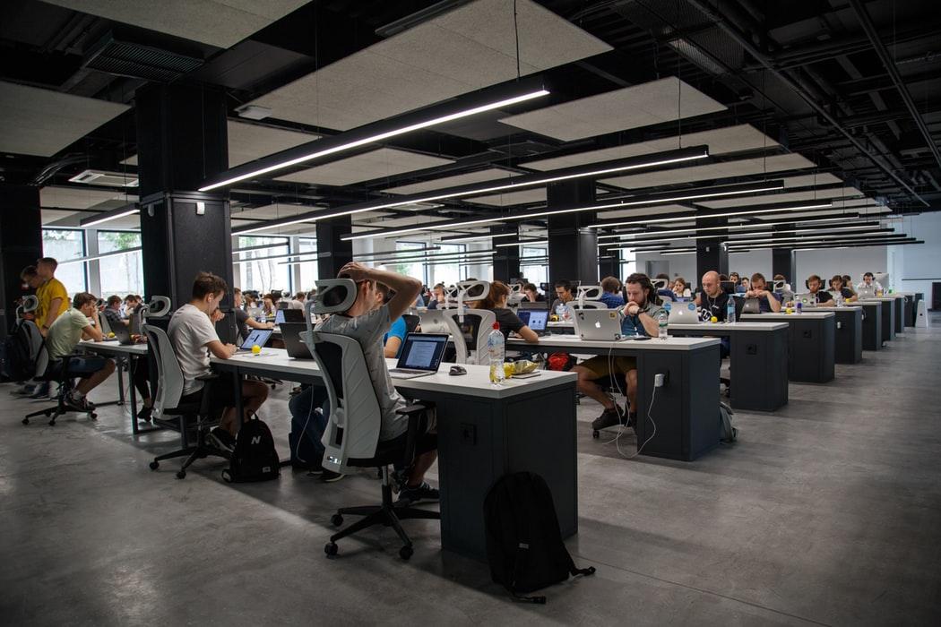 Statystyki pokazują, że aż trzy czwarte pracowników twierdzi, że najskuteczniej współpracuje się z przełożonymi, którzy traktują ich jak partnerów. (źródło: materiały prasowe)