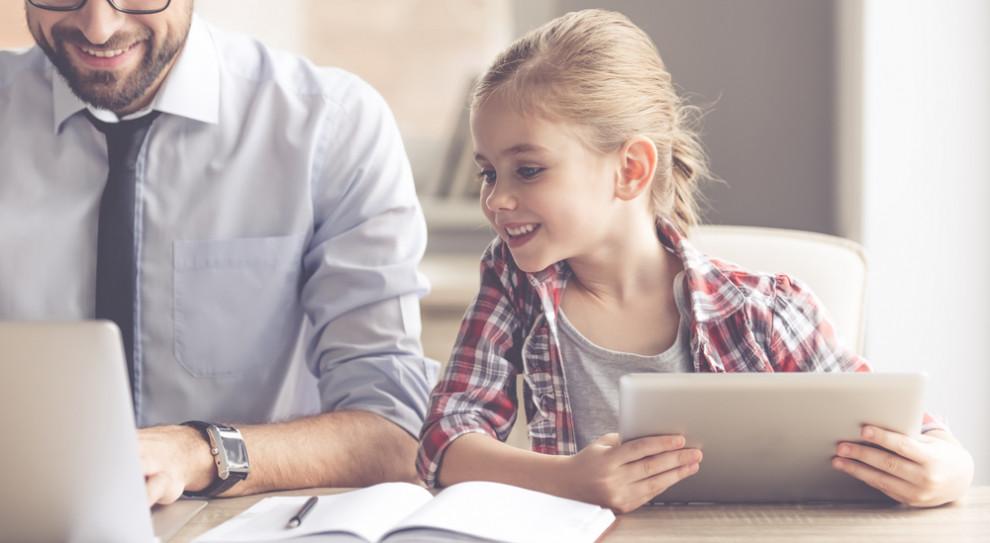 W pierwszych czterech miesiącach tego roku 242,2 tys. osób skorzystało z urlopu rodzicielskiego, w tej grupie ojców było zaledwie 2 tys. (Fot. Shutterstock)
