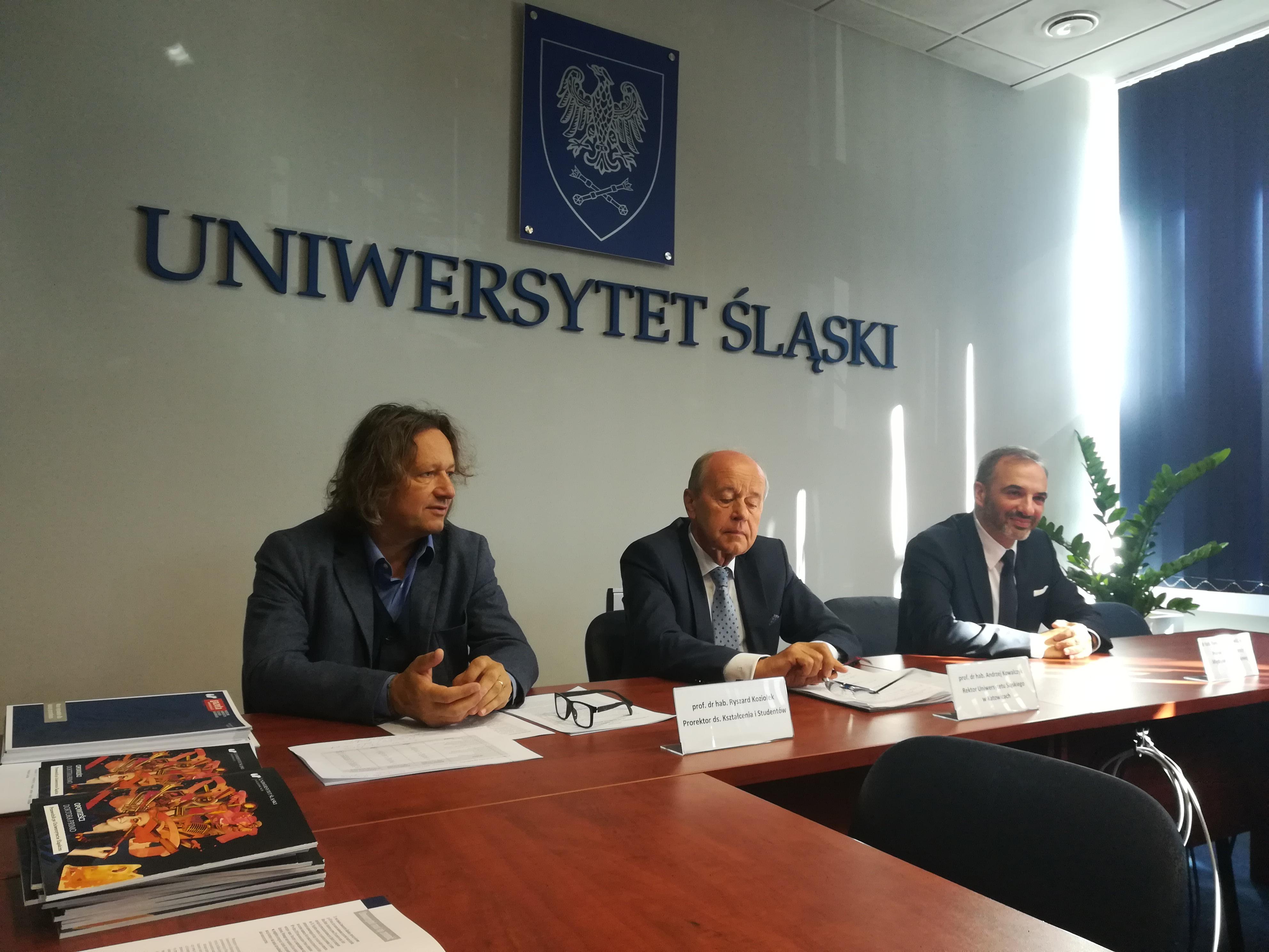 Rektor UŚ prof. Andrzej Kowalczyk w czasie konferencji prasowej 1 października przed inauguracją 52. roku nauczania na UŚ. Wraz z nim prorektorzy (fot. PTWP)