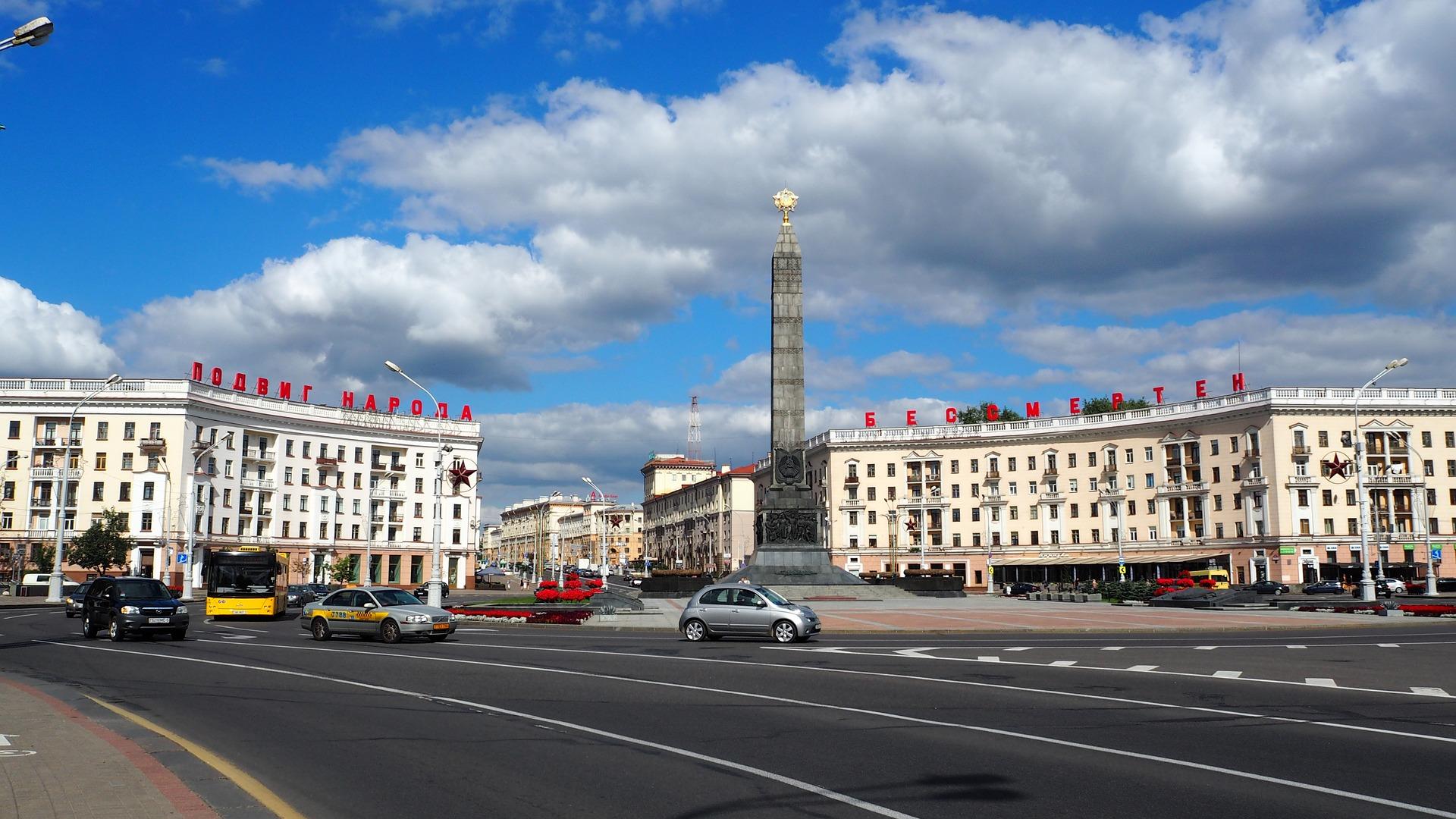 Widok na ulicę w Miński, stolicy Białorusi (fot. pixabay.com)