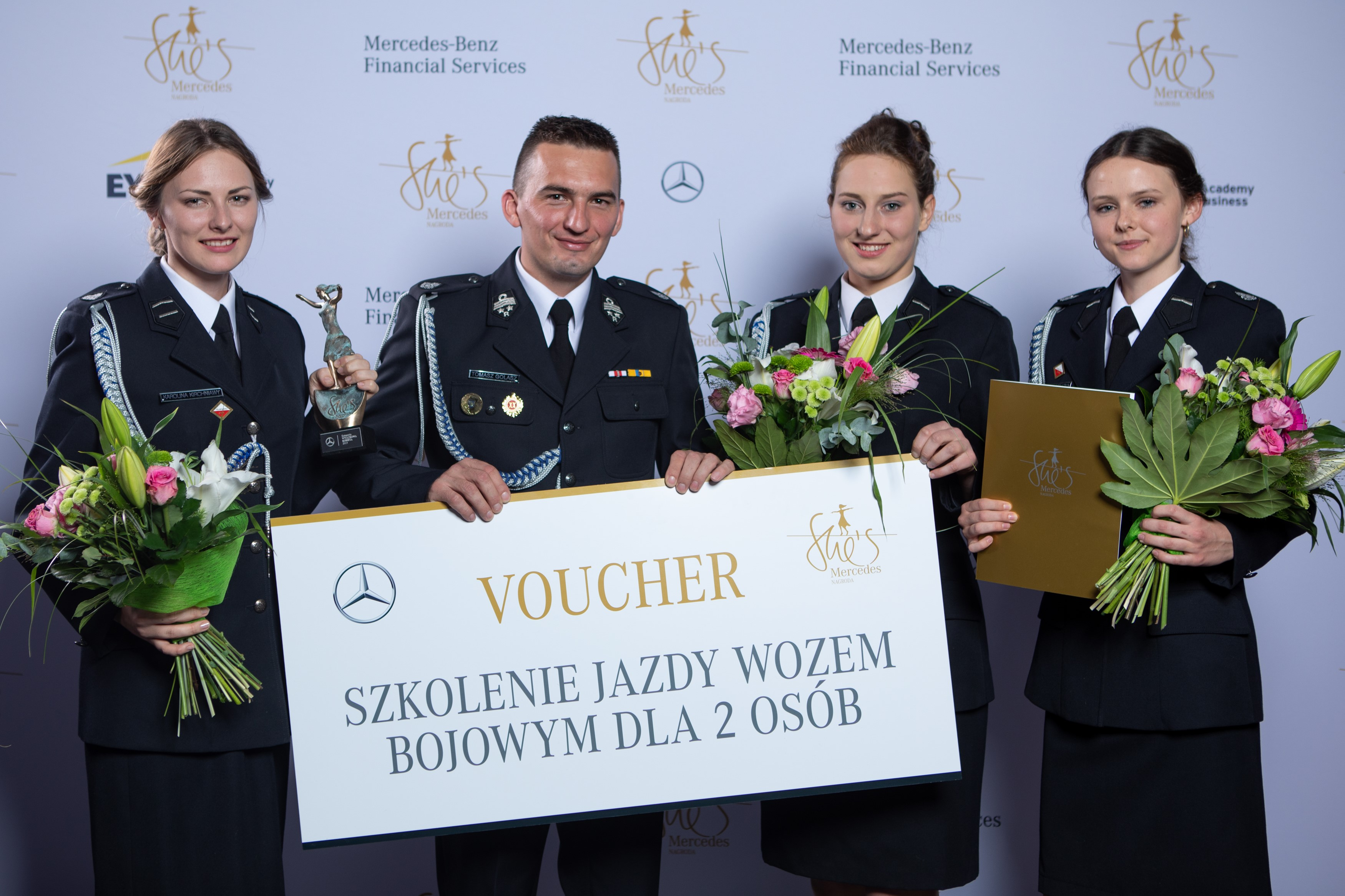 Jedną z nagród w plebiscycie She's Mercedes było szkolenie jazdą wozem bojowym. Na zdjęciu reprezentanci OSP Miejsce Odrzańskie, których uhonorowano wyróżnieniem za kobiety służące w tej jednostce staży pożarnej. (fot. Daimler/materiały prasowe)