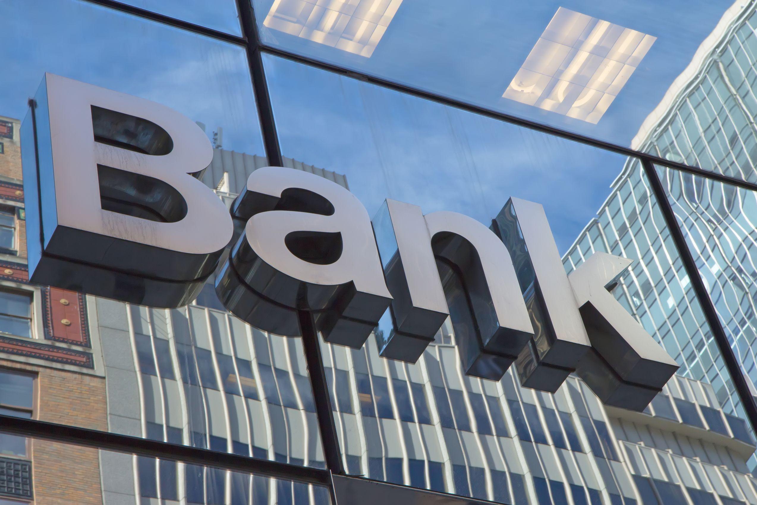 Obecnie w Polsce działają 32 banki, które bardzo szybko wprowadzają innowacje technologiczne, pozwalające na optymalizację procesów, kosztów i zatrudnienia (fot. shutterstock)