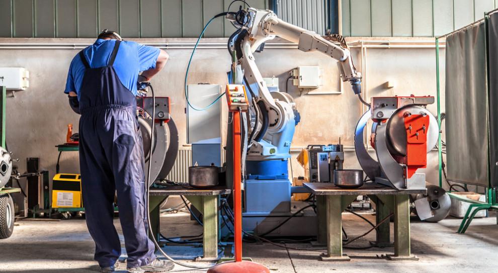 Coraz więcej robotów w fabrykach samochodów. Dla pracownika są pomocą, nie zagrożeniem