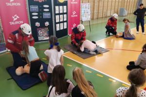 Ratownicy górniczy Tauron Wydobycie uczyli dzieci jak ratować życie