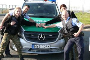 Funkcjonariusze polskiej i niemieckiej służby granicznej dostali nowe radiowozy