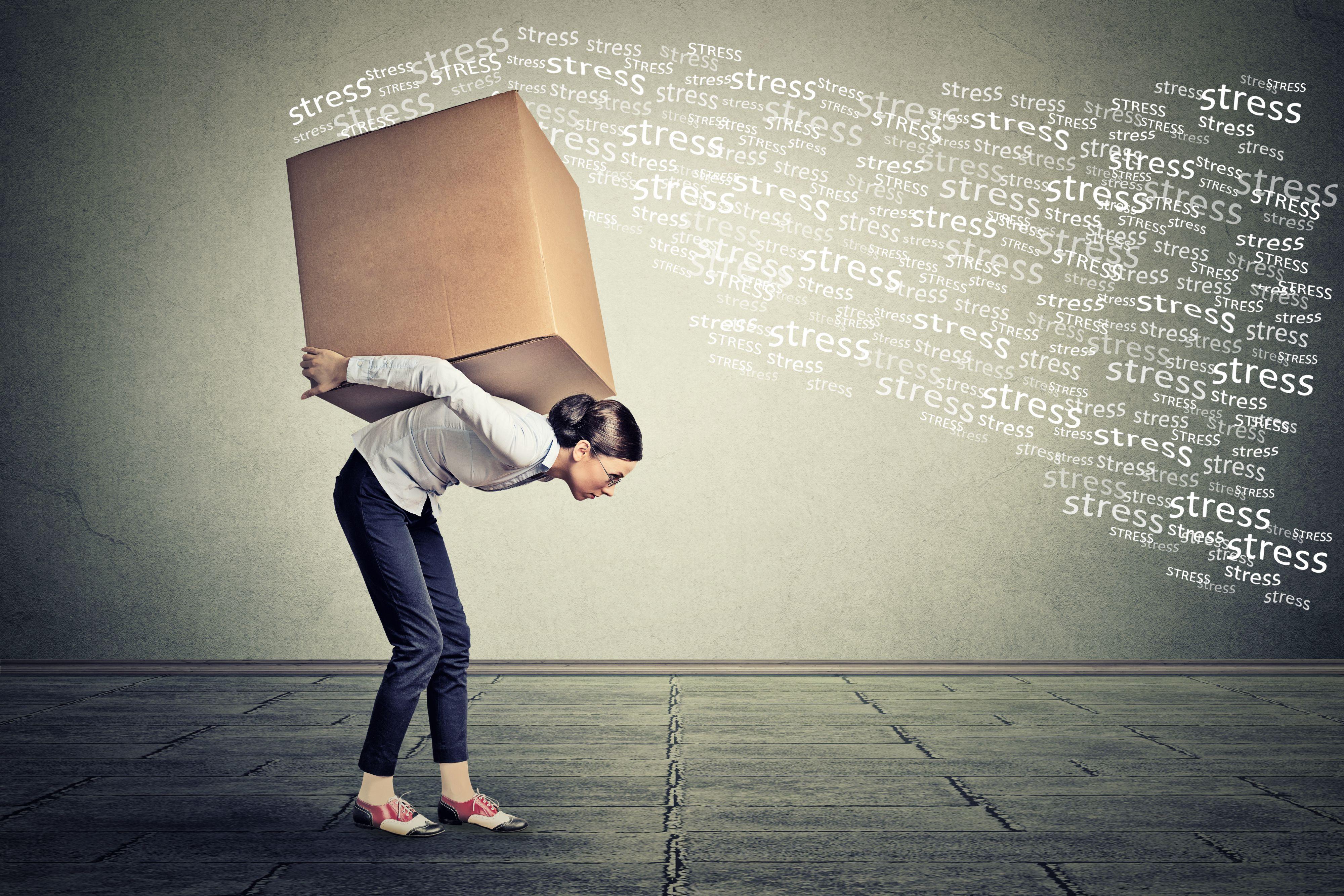Najczęściej u pracowników mierzących się z syndromem pojawiają się problemy ze snem, zmęczenie, spadek odporności. (Fot. Shutterstock)