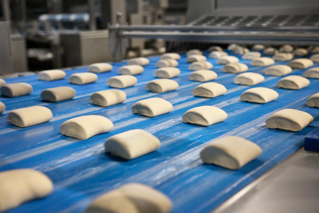 Roboty przemysłowe są już zainstalowane na linii produkcyjnej. Fot. Dan Cake