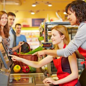Jak zdobyć przewagę na rynku pracy? Sieci handlowe mają swój sposób