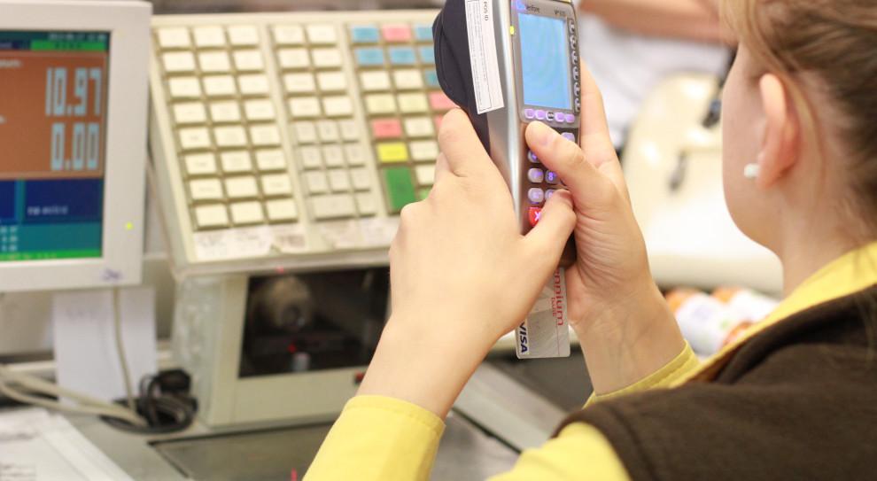 Problemy ze zmiana pracy będą mieć m.in. kasjerzy (fot. shutterstock.com)