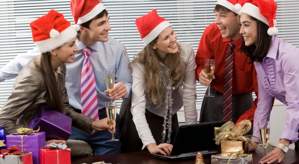 Firmowa wigilia, premie, bony podarunkowe. Co firmy planują dać pracownikom na święta?