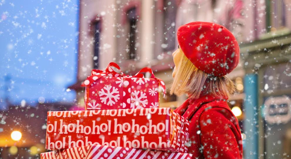 Polacy więcej wydadzą na prezenty świąteczne. To efekt wzrostu wynagrodzeń i 500 plus
