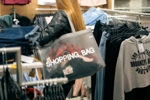 Polacy wstrzymali zakupy. Wolą oszczędzać