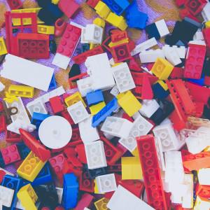 Robot posortuje klocki lego na taśmie produkcyjnej