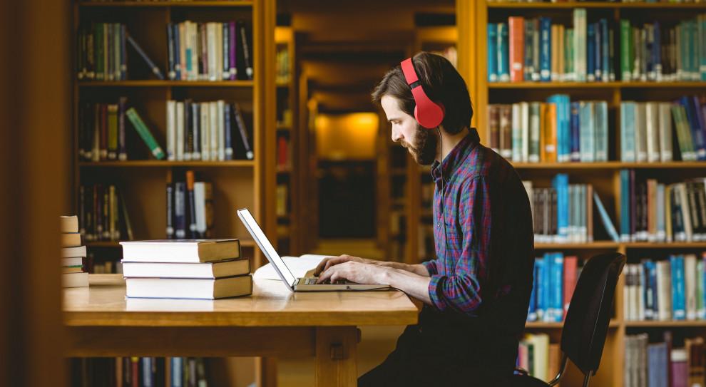 W opinii młodych ludzi, studia świadczą o prestiżu - wielu z nich sądzi, że bez nauki na uniwersytecie będą mniej wartościowym pracownikiem na rynku pracy. (Fot. Shutterstock)