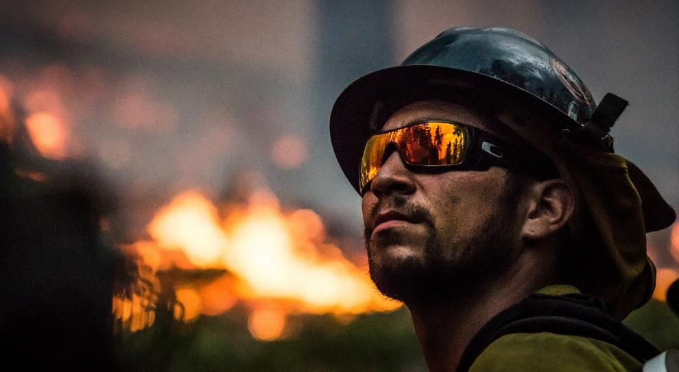 Strażacy gaszą pożar budynku produkcyjno-magazynowego w Toruniu