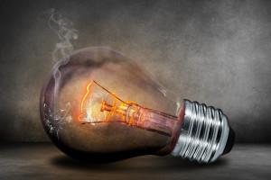 Rachunki za prąd w UE rosną szybciej niż zarobki Europejczyków