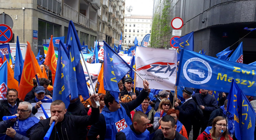 Aktywiści OPZZ w czasie manifestacji (fot. OPZZ/twitter.com)