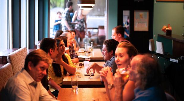 Aktywność w restauracjach szybko odbija w momencie znoszenia restrykcji