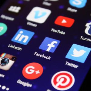 Pracownicy Facebooka i YouTube muszą zgodzić się na mowę nienawiści