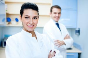 KPRM promuje szczepienia na COVID wśród pracowników ochrony zdrowia