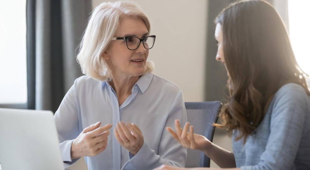 Dystans wobec przyjaźni z szefem zachowują pracownicy. (Fot. Shutterstock)