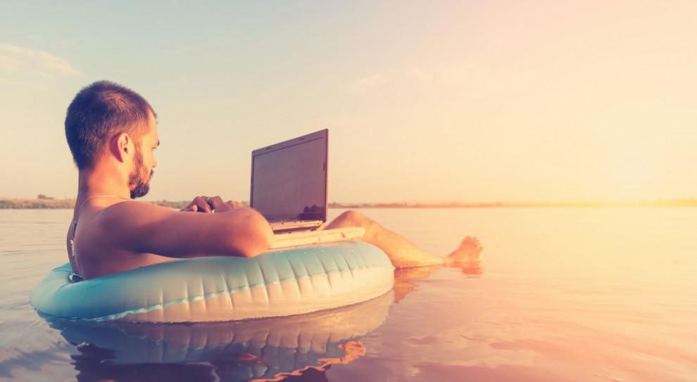 27 proc. pracowników ma problemu z odcięciem się od pracy podczas urlopu. (Fot. Shutterstock)