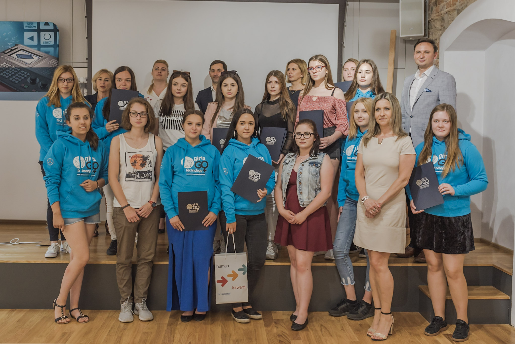 """Mercedes-Benz Manufacturing Poland organizuje programy edukacyjne dla żeńskiej młodzieży szkół ponadpodstawowych - """"Girls GO Technology, czyli dziewczyny oswajają technologię"""" (Fot. mat. pras.)"""