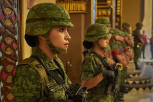 """Wojsko chce przyciągnąć kobiety. Kusi krótkimi spódnicami i """"błyskotkami"""""""