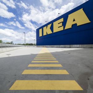 """Ikea oznacza klientów bez maseczek żółtymi naklejkami. """"Policzek dla wszystkich Żydów"""""""