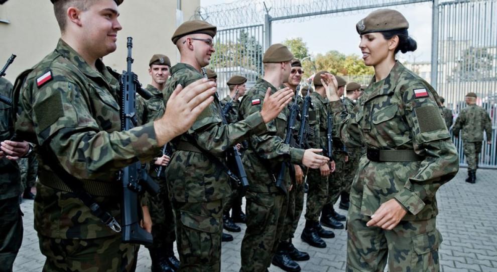 Szef MON: żołnierze WOT pomogą mierzyć temperaturę pasażerom przylatującym do Polski