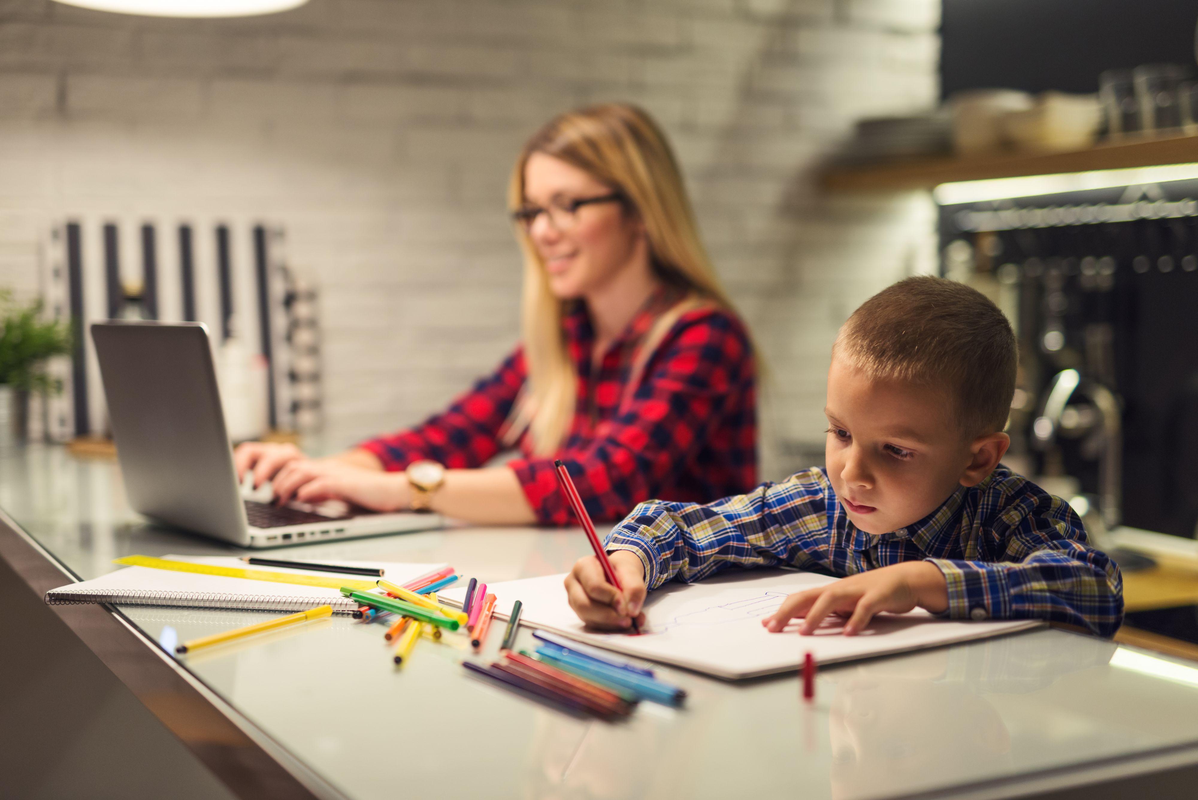 Kwestią, którą należy uwzględnić podczas planowania pracy zdalnej, jest sposób rozliczania pracowników z wykonywanej pracy. (Fot. Shutterstock)
