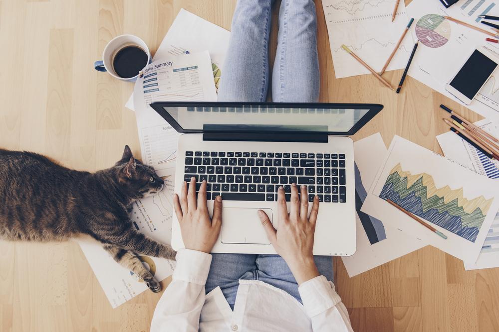 """Wielu szefom może być trudno przyjąć do wiadomości, że """"nie wiedzą"""", co robi w danym momencie ich pracownik.(Fot. Shutterstock)"""