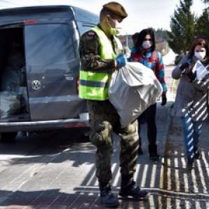 Żołnierze WOT opiekują się tysiącem osób starszych i kombatantów