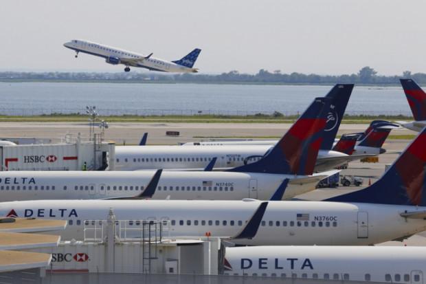 Linie lotnicze proszą o szybką pomoc, inaczej zaczną zwalniać pracowników