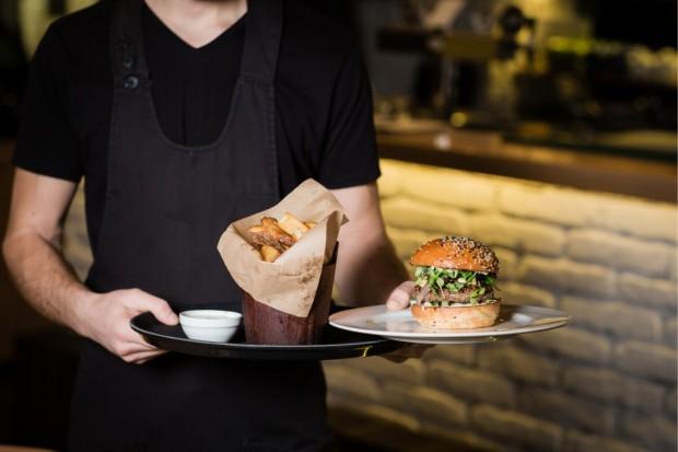 Większość z nowych przepisów, które składają się na tarczę antykryzysową nie rozwiązuje problemów branży gastronomicznej (Fot. Shutterstock)