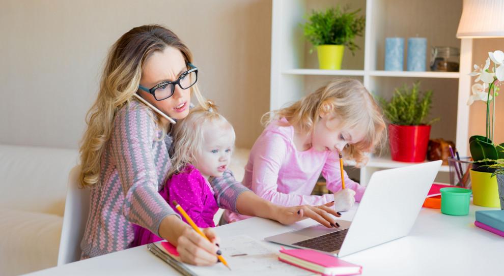 Niemal co dziesiąty wymienił zmianę pracy z biurowej na zdalną. (Fot. Shutterstock)