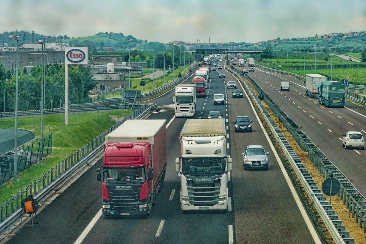 Z dodatkowego dnia wolnego od pracy nie będą mogli skorzystać m.in. pracownicy branży transportowej (fot. Pixabay)