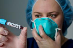 Firmy przekazują miliony na walkę z koronawirusem i spotykają się z krytyką