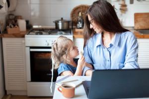 Matki ponoszą większe koszty związane z pandemią i pracą zdalną
