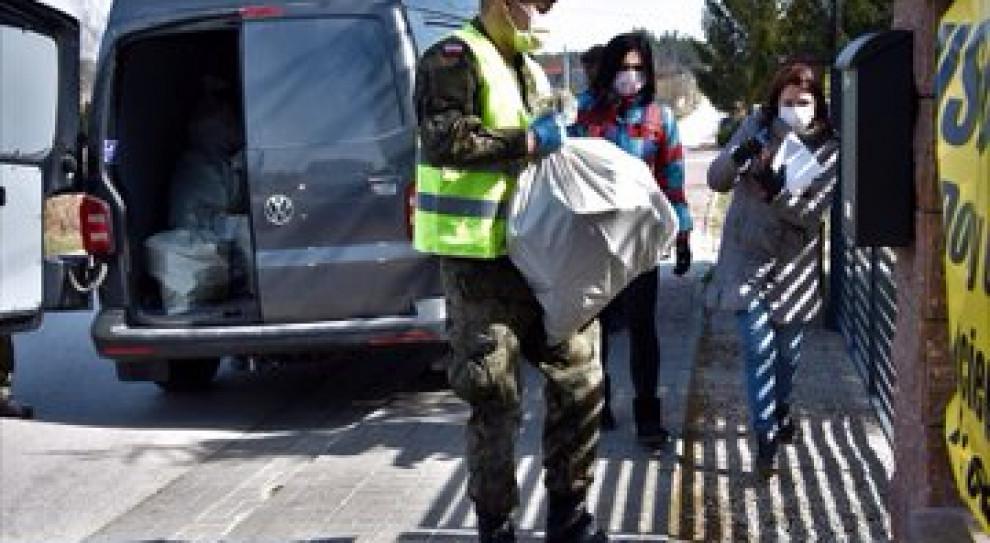 Żołnierze 9 ŁBOT i WAT przewożą żywność dla potrzebujących