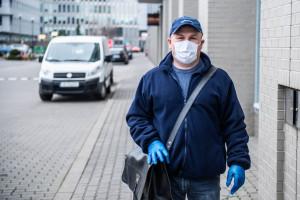 Pracownicy kolejnych firm otrzymali maseczki ochronne