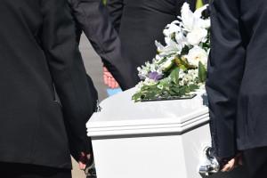 Pracownicy zakładów pogrzebowych nie są odpowiednio chronieni przed zakażeniem