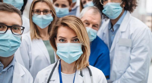 Ochrona personelu medycznego powinna być elementem walki z pandemią