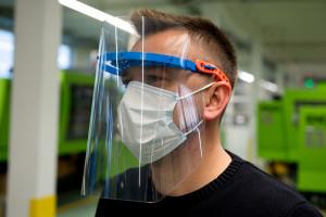 Producent okien zaczął wytwarzać przyłbice dla medyków