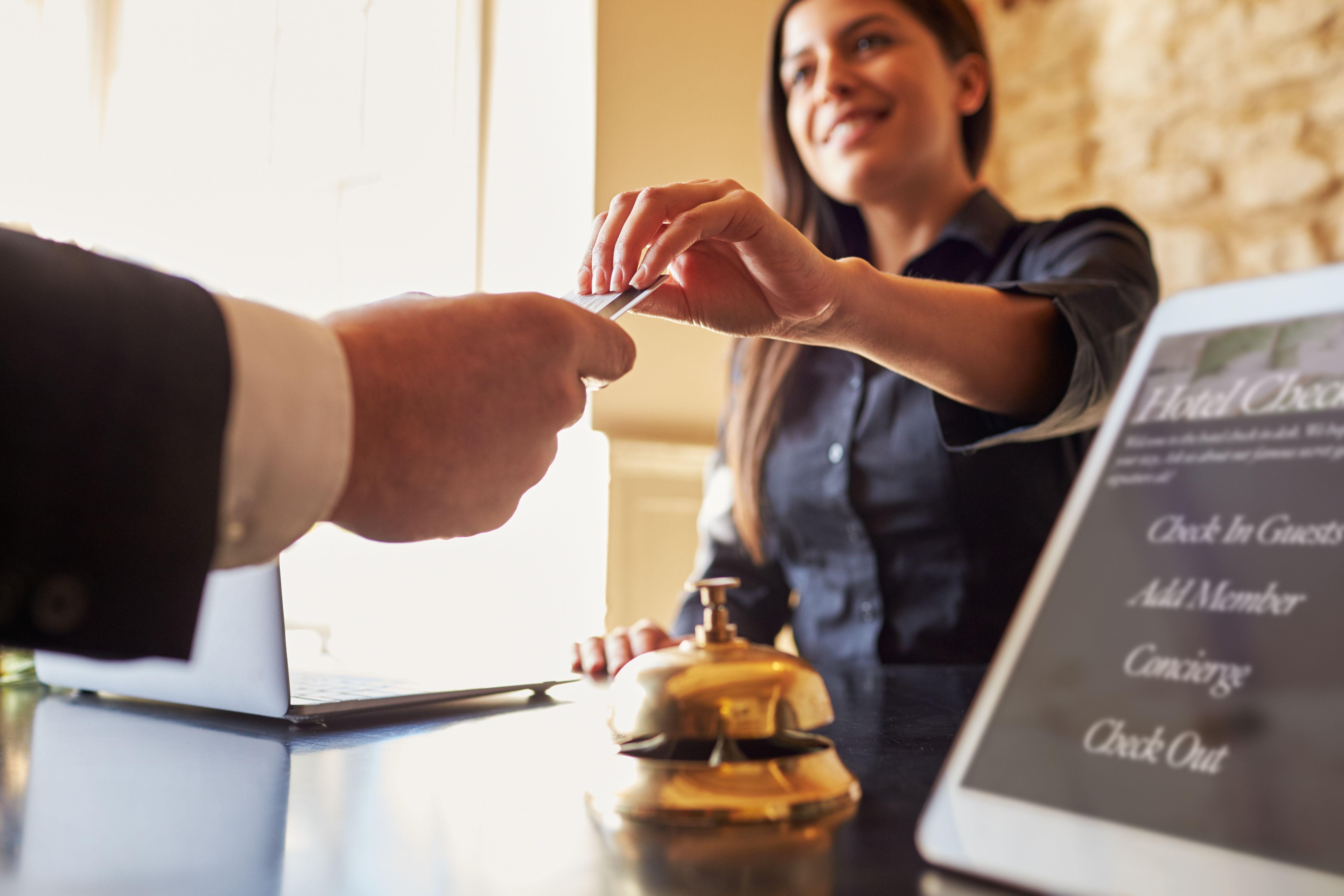 Przebranżowienia są coraz częściej spotykane wśród pracowników branż, które pandemia koronawirusa dotknęła najbardziej (fot. Shutterstock)