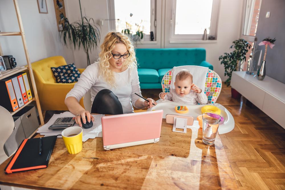 Wielu pracowników stoi przed wyzwaniem godzenia obowiązków służbowych z opieką nad dziećmi. (Fot. Shutterstock)