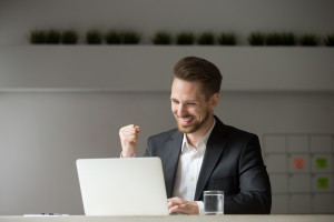 Praca w trybie hybrydowym uszczęśliwia pracowników
