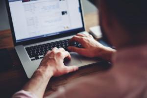 Praca, szkolenia, zakupy on-line. Dane Eurostatu odsłaniają trudną prawdę