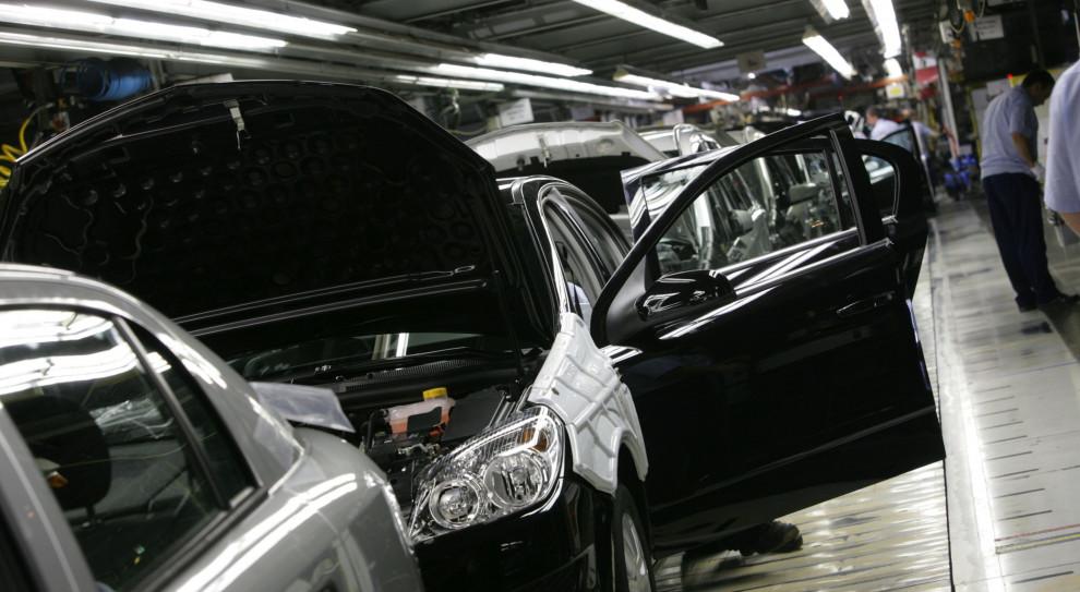 Fabryki samochodów stoją i zwalniają